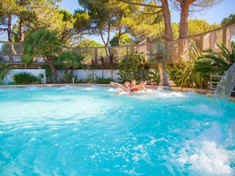 Camping village de vacances la petite camargue espace baignade - Village vacances auvergne piscine ...