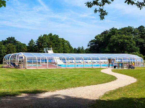 Camping ch teau la for t yelloh village in vend e for Camping chateaux de la loire piscine