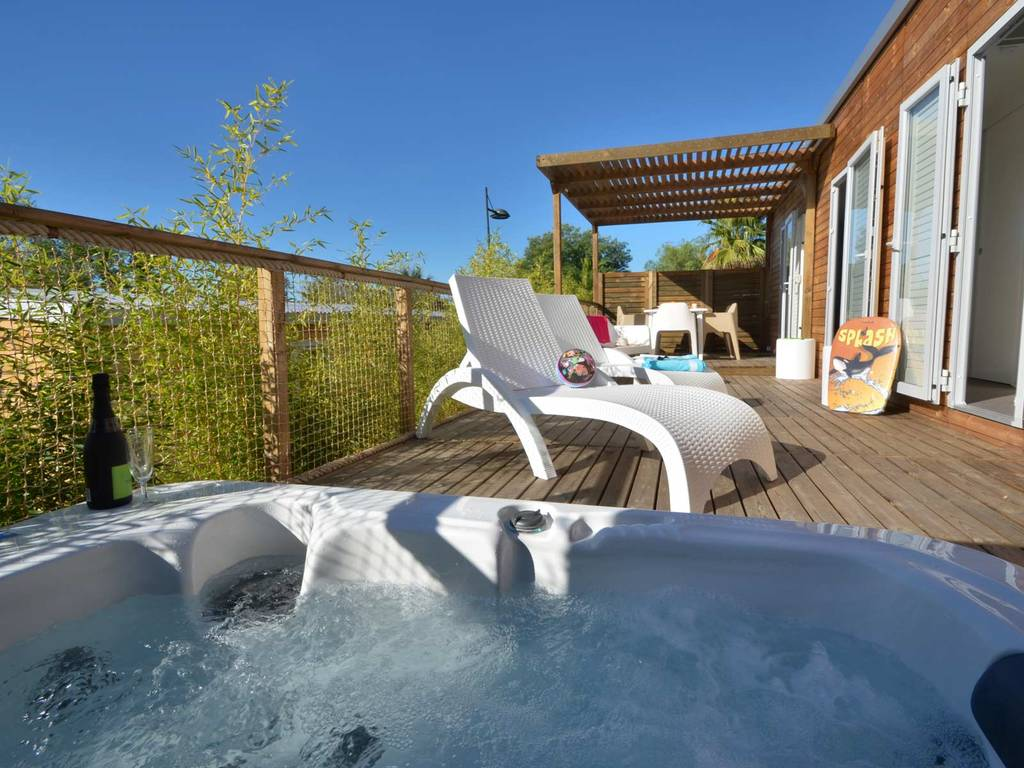Cottage royal malibu 6 people 3 bedrooms 1 bathroom air for Jacuzzi exterieur 6 places