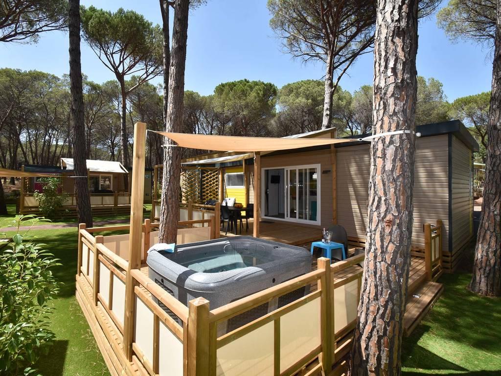 mobilhome samoa 4 personnes 2 chambres 2 salles de bain climatis e premium avec jacuzzi. Black Bedroom Furniture Sets. Home Design Ideas
