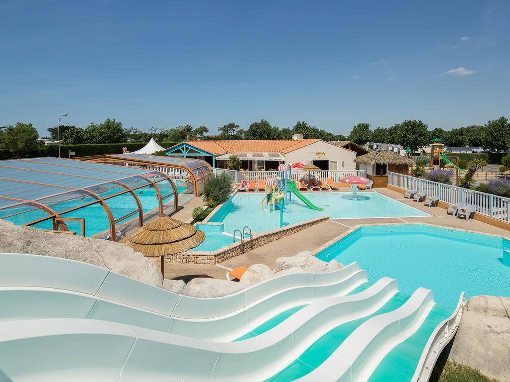 Descubra el parque acu tico del yelloh village la pomme for Camping con piscina cubierta
