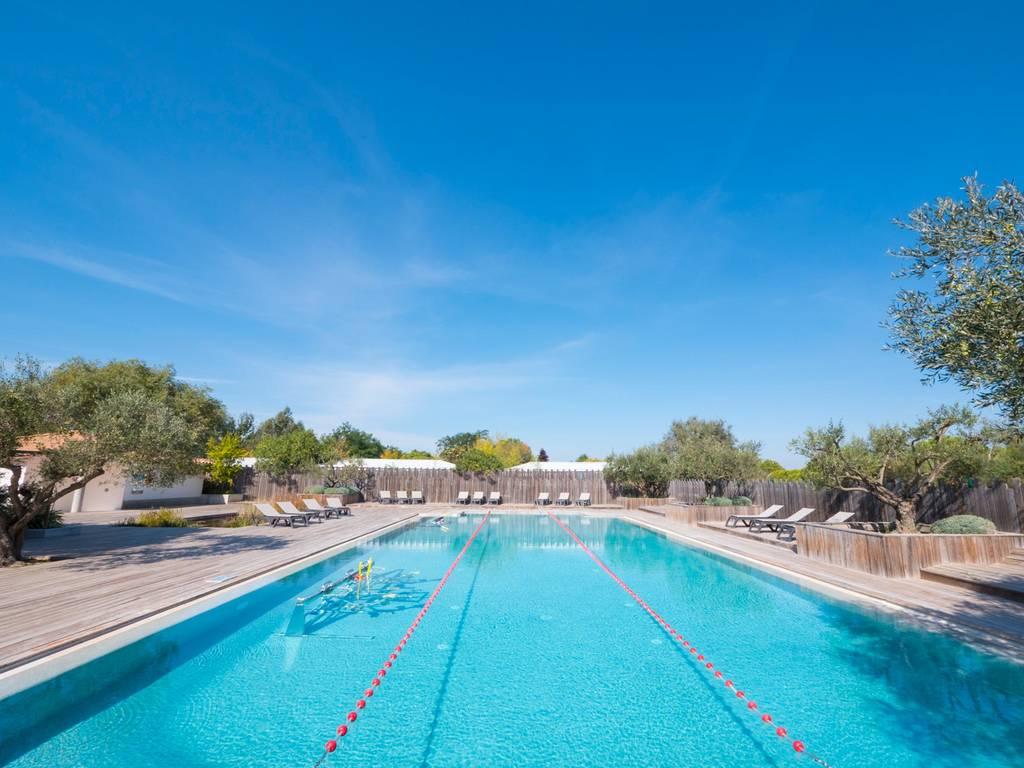 Descubra la zona de ba o del camping les petits camarguais for Camping con piscina cubierta