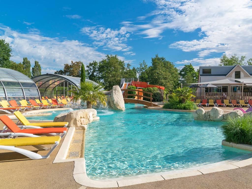 Genießen Sie Den Badebereich Im Camping Yelloh! Village Parc Du Val De  Loire: Zwei Beheizte Schwimmbecken, Davon Eines überdacht, Rutschen,  Kaskaden Und Ein ...