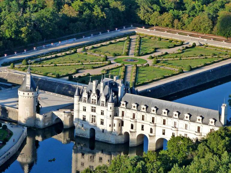 Places to visit at the camping les voiles d anjou in the for Camping chateaux de la loire piscine